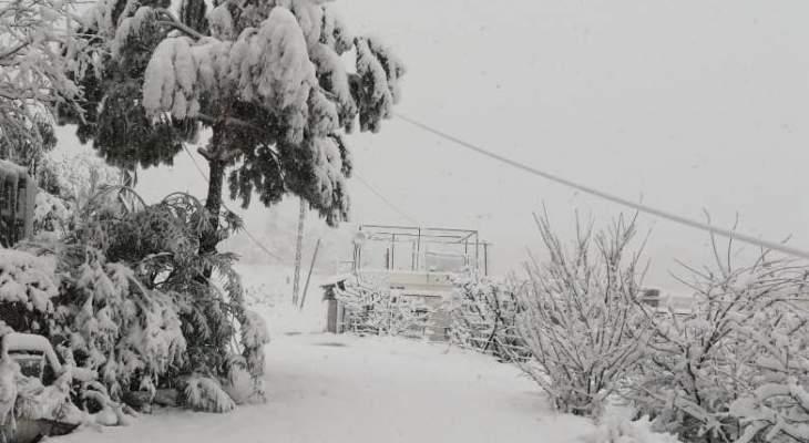 النشرة: الثلوج تساقطت بغزارة في راشيا وقطعت عددا من الطرق الجبلية