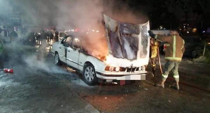 إخماد حريق داخل سيارة نتيجة احتكاك كهربائي في النبطية