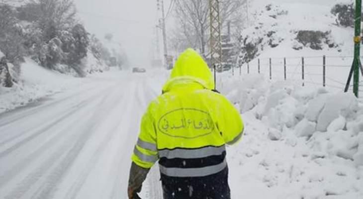 الدفاع المدني أنقذ محاصرين بأربع سيارات بسبب الثلوج على طريق ميروبا