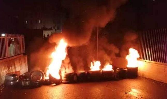 اقفال الطريق امام محطة الكهرباء في الهرمل احتجاجا على انقطاع التيار واطفاء المولدات