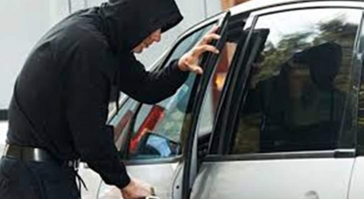 4 مسلحين يسرقون سيارة في المنارة البقاع الغربي