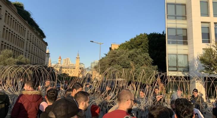 """المتظاهرون يحاولون إزالة السياج الشائك قرب مبنى """"النهار"""" والقوى الأمنية تتدخل"""