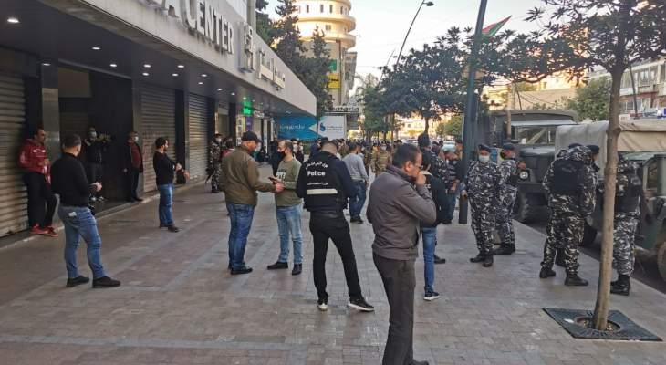 النشرة: المحتجون اجبروا الصيارفة في صيدا على اقفال محالهم