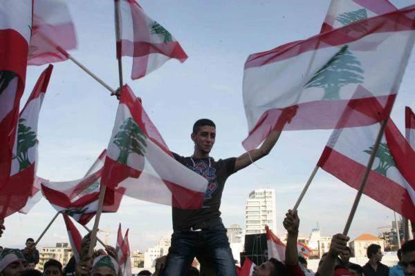 لا شرق ولا غرب... لبنان رهينة السياسة الخارجية