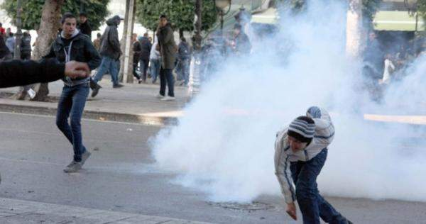 وفاة شاب من جرحى الثورة في تونس بعد إضرام النار في نفسه