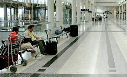 ضبط سوري بحوزته 100 كروز دخان و108 علب فلاتر في المطار