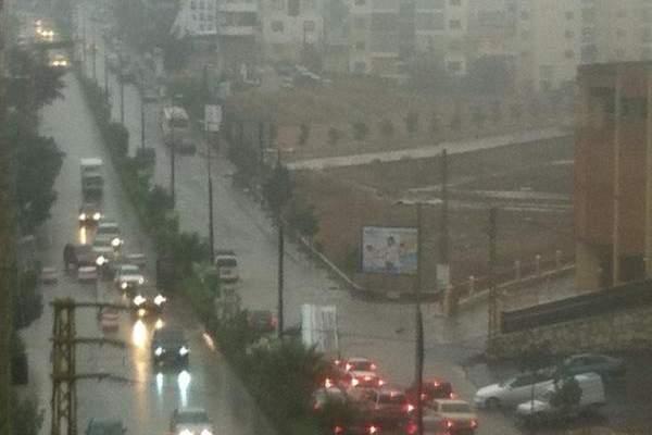 النشرة: امطار غزيرة بالنبطية شكلت بعض البرك وجميع طرقات المدينة سالكة
