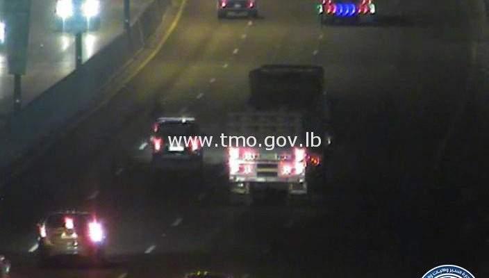 التحكم المروري: تعطل شاحنة على اوتوستراد الضبية باتجاه نهر الموت