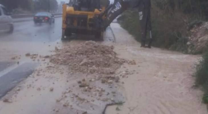 فرق وزارة الأشغال تعمل على معالجة تجمعات المياه وتنظيف وفتح الريغارات بمناطق عدة