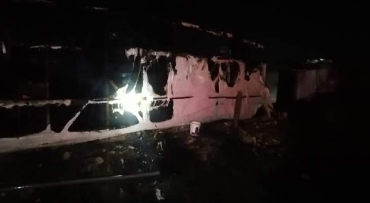 النشرة: الدفاع المدني أخمد حريقا شب بمخيم للنازحين السوريين بتعنايل