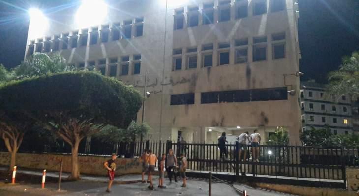 النشرة: محتجون رشقوا فرع مصرف لبنان بالحجارةاحتجاجا على ارتفاع سعر صرف الدولار