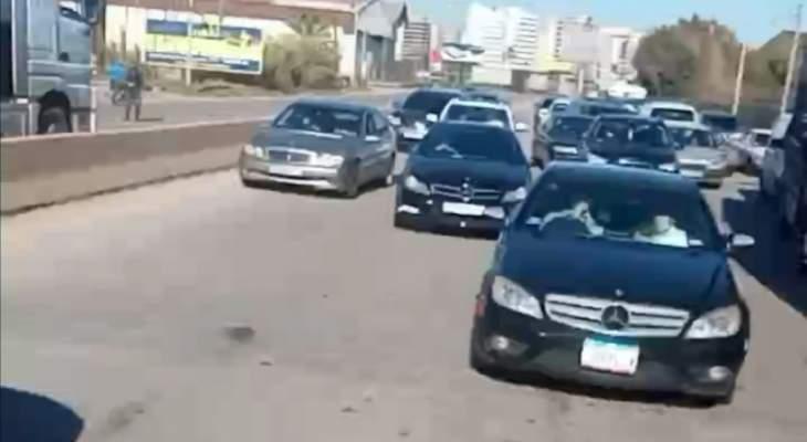 قطع أوتوستراد طرابلس بيروت عند جسر البالما احتجاجا على الاقفال العام