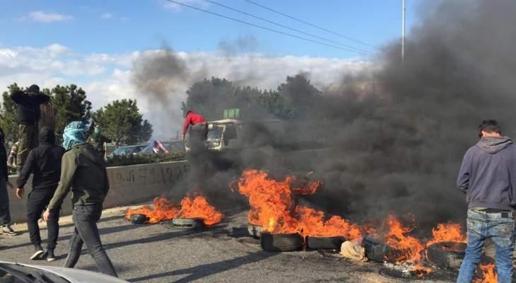 النشرة: قطع الطريق الدولية بالخضر والنبي شيت بالإطارات المشتعلة