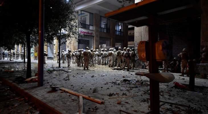 النشرة: القوى الأمنية تخلي ساحة الشهداء من المحتجين وتلقي وابلاً من القنابل المسيلة للدموع