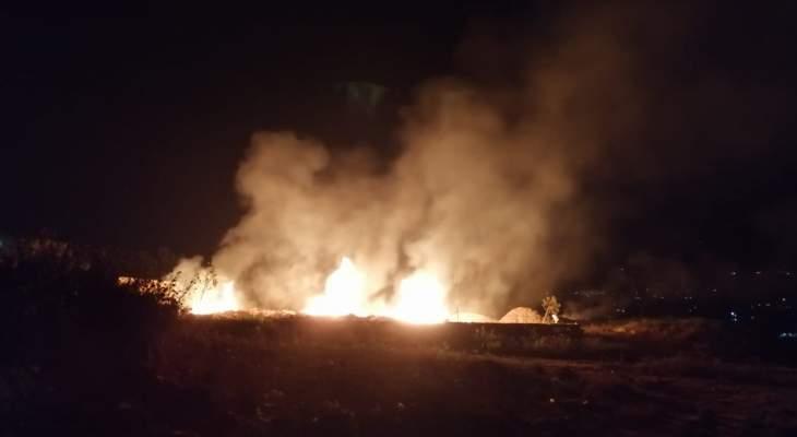 النشرة: عناصر الدفع المدني يعملون على إخماد حريق نشب بجانب طريق القليعة بمرجعيون