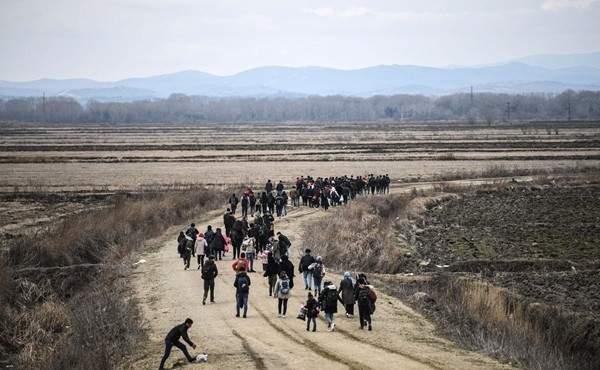 السلطات اليونانية تطلق قنابل الغاز لتفريق آلاف المهاجرين عند الحدود اليونانية التركية