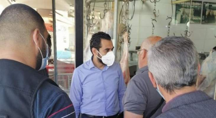 مدير عام الإقتصاد والتجارة محمد أبو حيدر يداهم مستودعات مواد غذائية وملاحم في صيدا