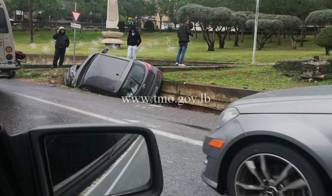 تدهور مركبة على المسلك الشرقي عند اوتوستراد جونية والاضرار مادية