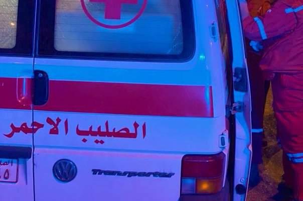 فرق الصليب الأحمر تعمل على نقل الجرحى من امام منزل فهمي