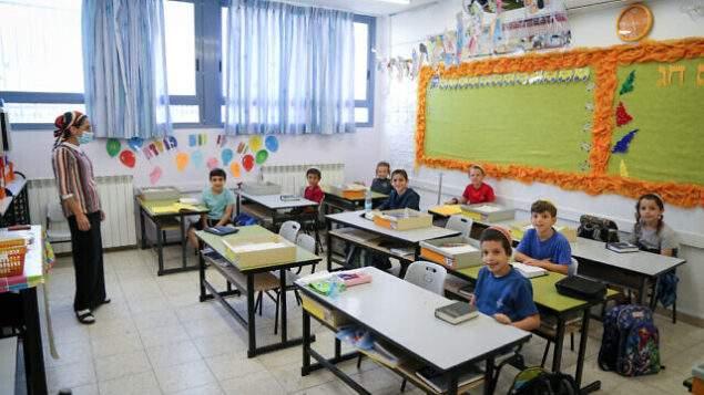 """سلطات إسرائيل أعلنت حرمان أي معلم لم يتلق لقاح """"كورونا"""" من راتبه"""