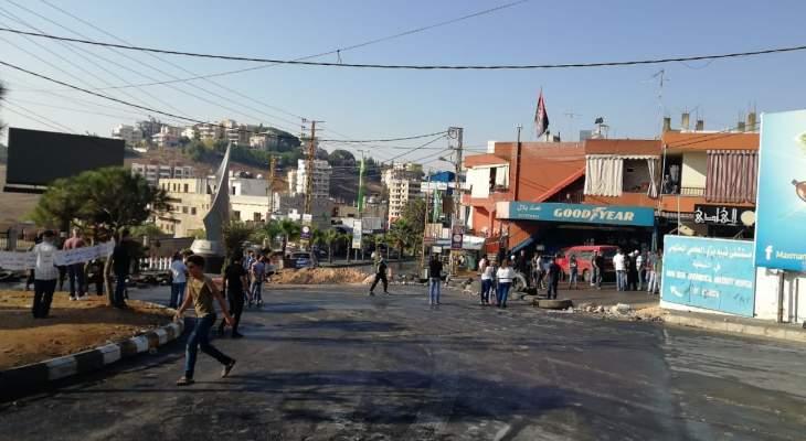 النشرة: مساعي لفتح الطريق عند دوار كفررمان والمتظاهرون يرفضون
