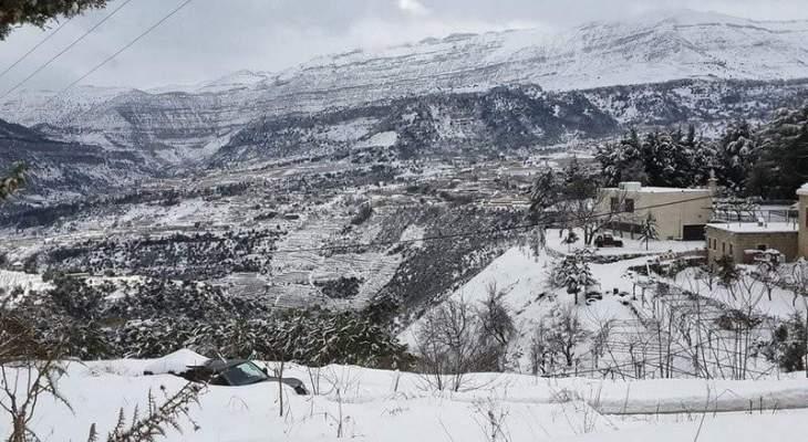 الثلوج تسببت بمحاصرة باصَين يقلان أشخاصا بين اللقلوق وإهمج ومناشدة لمساعدتهم