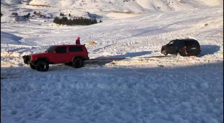 النشرة: الدفاع المدني أنقذ محاصرين بسياراتهم بفالوغا بسبب الثلوج