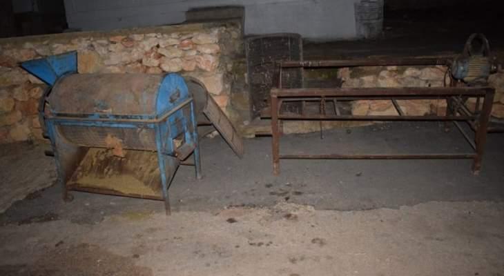 الجيش: دهم منزلي مطلوبَين في نبحا وبريتال وضبط آلتين لتصنيع المخدرات وبذور حشيشة الكيف