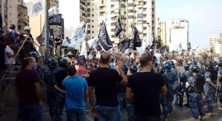 القوى الأمنية أطلقت قنابل مسيلة للدموع لتفريق المشاغبين من أمام قصر الصنوبر