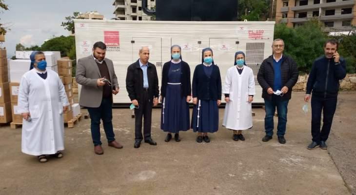 اللواء خير قدم الى مستشفى الصليب مولد كهرباء وأدوية ومستلزمات طبية