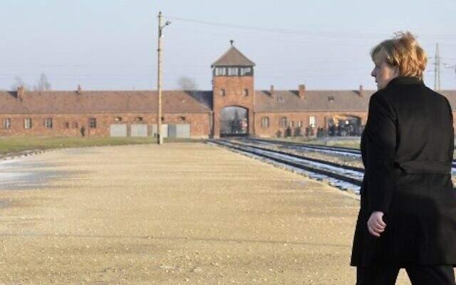 ميركل: أشعر بخزي بالغ بسبب الفظائع التي ارتكبها النازيون بمعسكر الاعتقالات