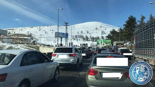 حركة المرور كثيفة على طريق عام ضهر البيدر بسبب توافد المواطنين للهو بالثلج