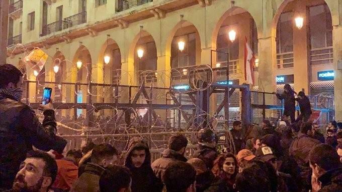 الجديد: المتظاهرون أزالوا جزءا من السياج الشائك عند البوابة المستحدثة على مدخل مجلس النواب