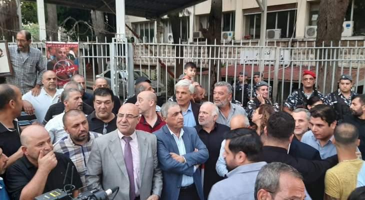 وقفة احتجاجية أمام قصر العدل رفضا للتساهل مع العملاء