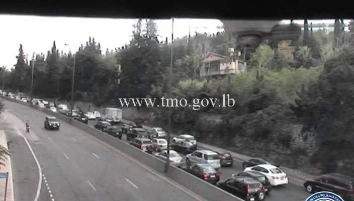 حركة المرور كثيفة من اليرزة باتجاه الجمهور وصولاً الى عاريا