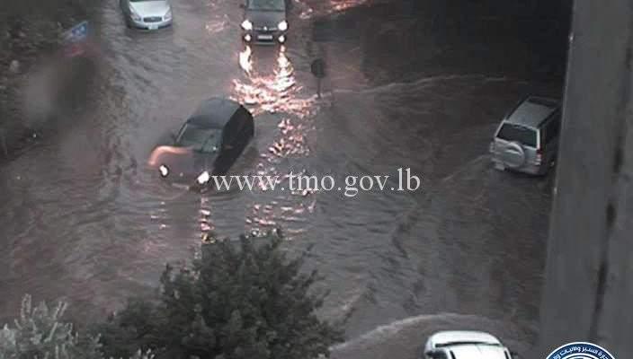 تجمع للمياه على تقاطع الستي سنتر الحازمية وحركة المرور كثيفة