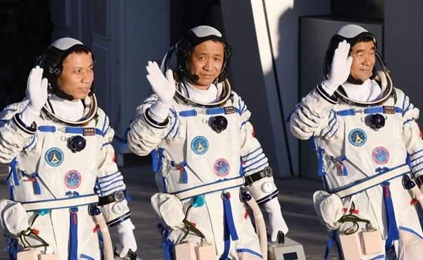 عودة 3 رواد فضاء صينيين إلى الأرض بعد قضاء 3 أشهر في الفضاء