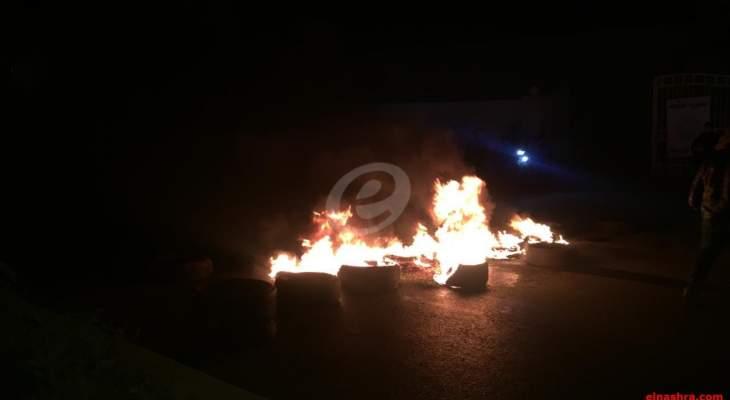 النشرة: قطع طريق بريتال بعلبك بالاطارات المشتعلة احتجاجا على عدم إقرار قانون العفو العام