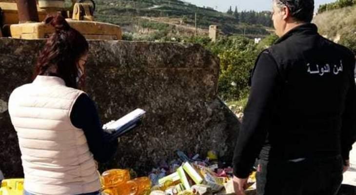دورية من أمن الدولة تلفت مواد غذائية تم التلاعب بتاريخ صلاحيتها في صور