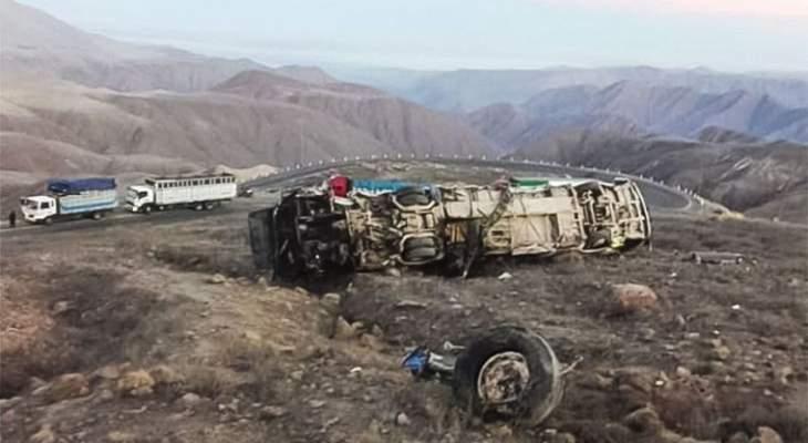 مقتل 17 شخصا وإصابة 19 آخرين جراء سقوط حافلة في واد جبلي في بيرو