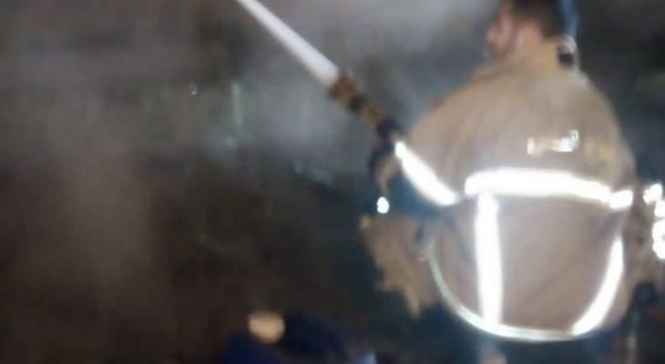 النشرة: الدفاع المدني يعمل على اخماد حريق بمستودع للادوات الزراعية بالفرزل