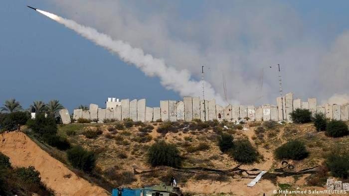 إطلاق نحو 100 صاروخ في الدقائق الأخيرة نحو غوش دان وبئر السبع والجنوب
