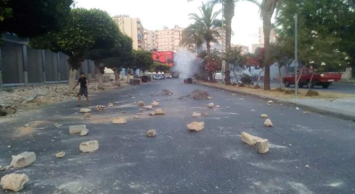 النشرة: محتجون رشقوا فرع مصرف لبنان بصيدا بالحجارة والجيش أبعدهم