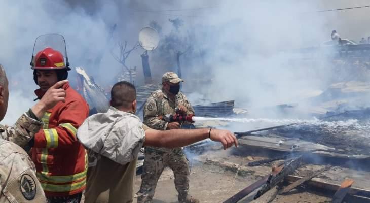 النشرة: الدفاع المدني يعمل على اطفاء النيران التي اندلعت في الخيم على اتوستراد الحسبة في صيدا