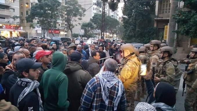 اعتصام امام مكتب التيار الوطني الحر بالجميزات بطرابلس للمطالبة باقفاله