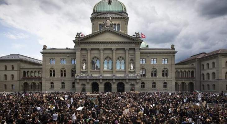 أكثر من 10 آلاف متظاهر نظموا مسيرة مناهضة للعنصرية في زوريخ السويسرية
