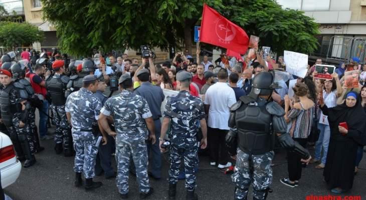 مواجهة بين متضامنين مع جورج عبدالله والقوى الأمنية أمام السفارة الفرنسية