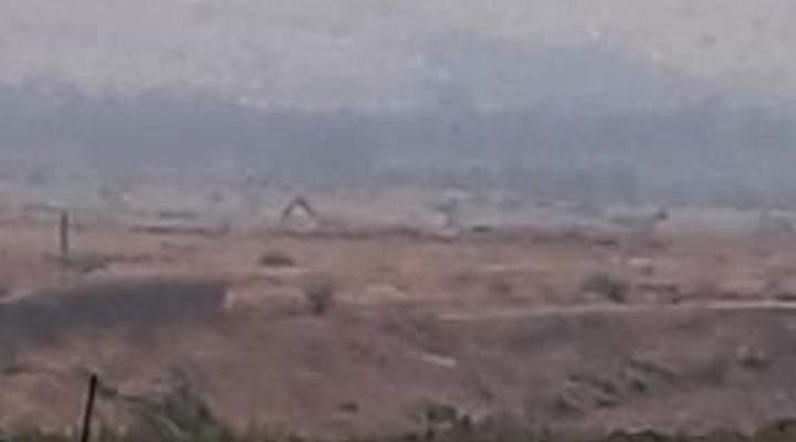 النشرة: إحدى الورش الاسرائيلية استأنفت أعمال الحفر وإقامة السواتر الترابية بمحاذاة السياج الحدودي
