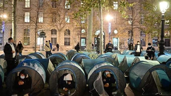 الشرطة الفرنسية تستخدم القوة والغاز المسيل للدموع لتفكيك مخيم للمهاجرين وسط باريس
