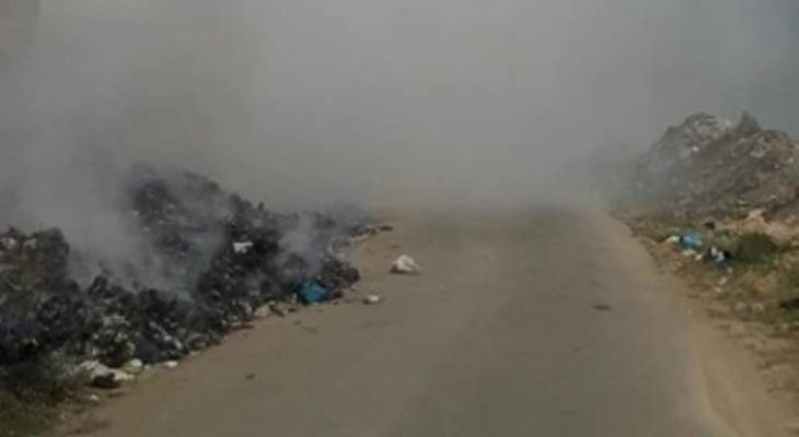 مجهولون يحرقون أكوام نفايات في خراج كفرحبو